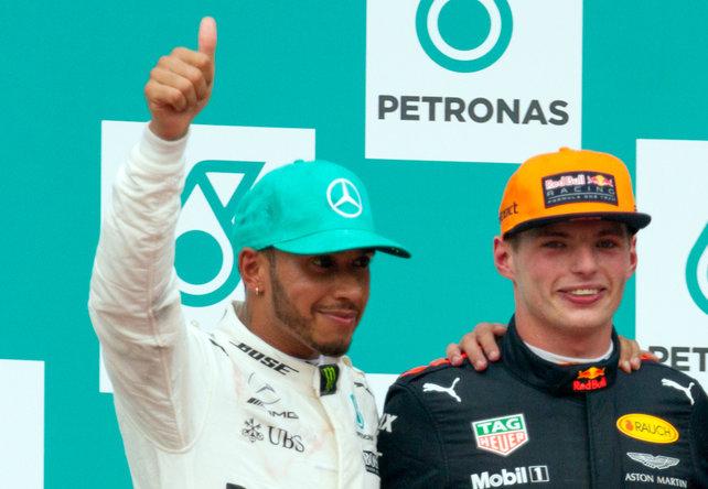 Max Verstappen op het podium met Lewis Hamilton
